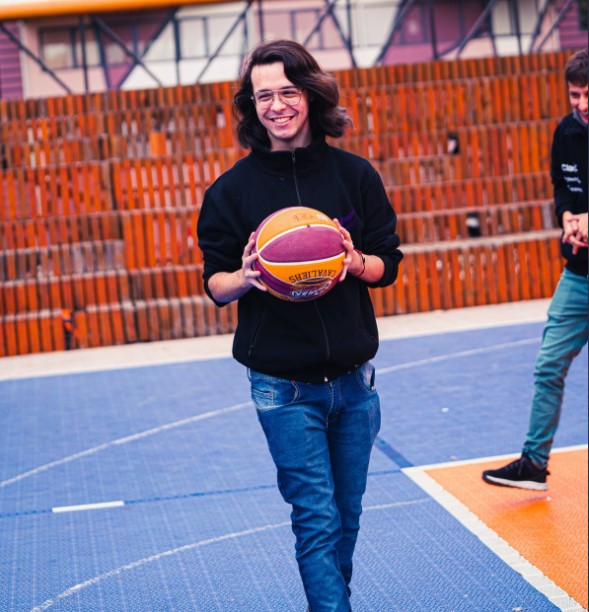 An image of Try playign basketball with his teammates.